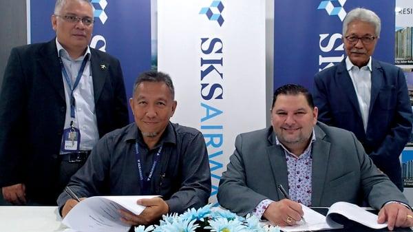 SKS Signing 02 [1,600 x 900]